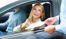 vrouw in auto met papier